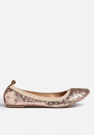 Chase & Chloe Peggy Pumps & Flats Gold