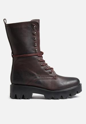 Qupid Russo Boots Burgundy