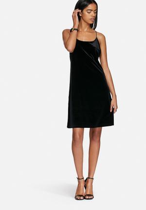 Vero Moda Monique Velvet Dress Occasion Black