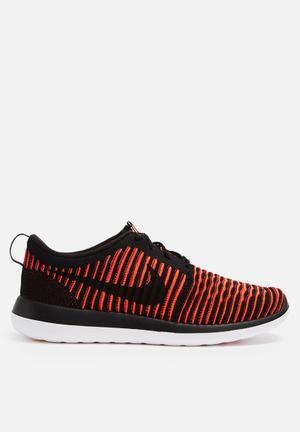 Nike Roshe Two Flyknit Sneakers Black / Black / Bright Crimson