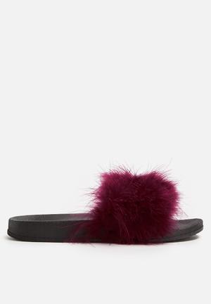 Cape Robbin Moira Sandals & Flip Flops Black & Wine