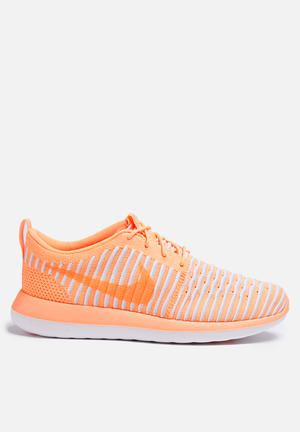 Nike W Roshe Two Flyknit Sneakers Peach Cream / Pure Platinum