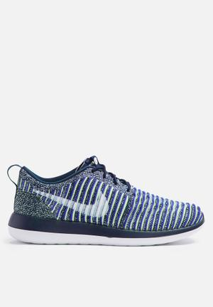 Nike W Roshe Two Flyknit Sneakers College Navy / White / Binary Blue