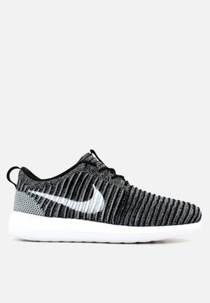 Nike Roshe Two Flyknit Sneakers Black / White / Wolf Grey / Stadium Green